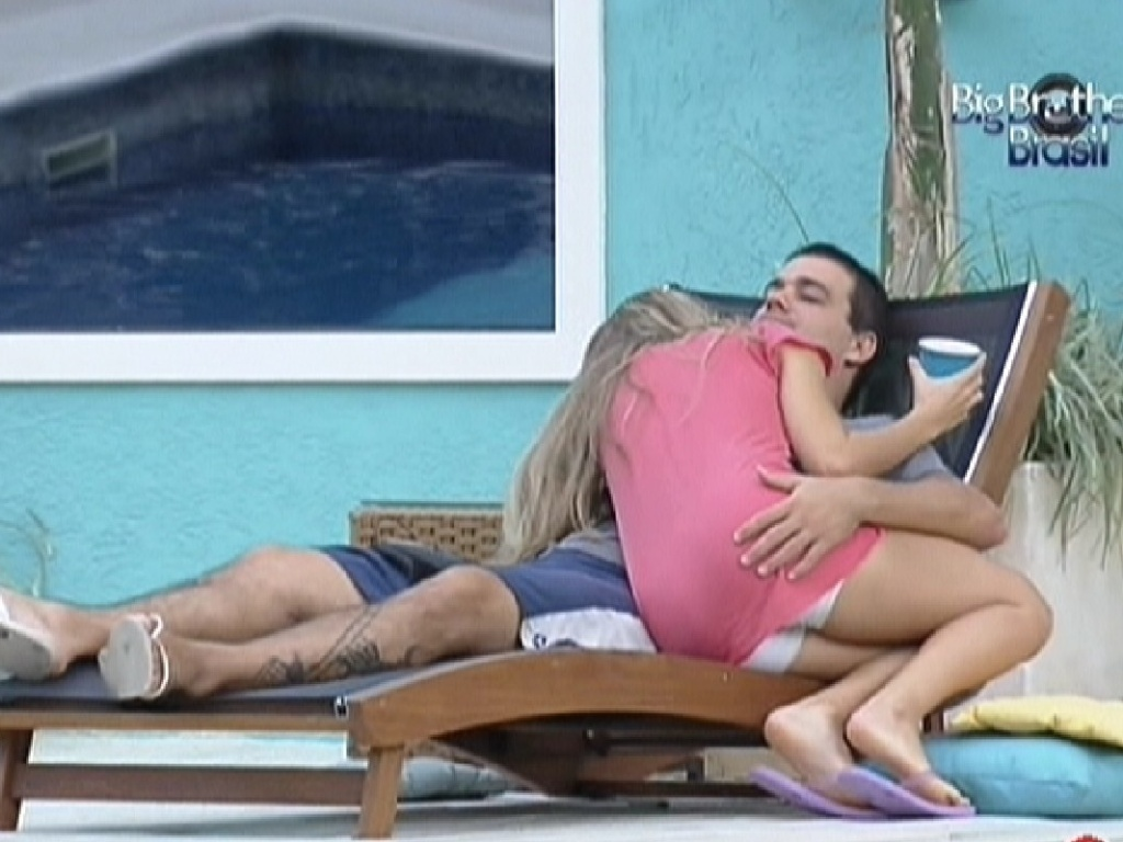 Renata e Rafa trocam carinhos na área externa da casa (25/2/12)