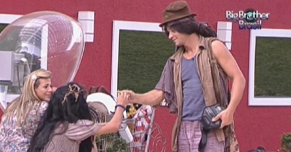 Vestido de mendigo para pagar o castigo do monstro, Fael (dir.) dá uma flor para Kelly (esq.) (25/2/12)