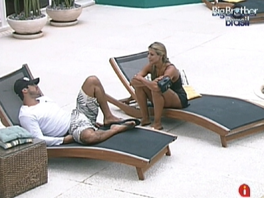 Yuri e Fabiana conversam na área externa da casa (25/2/12)
