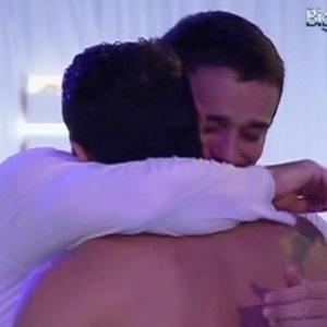 Emocionados, Rafa e Yuri se abraçam (26/2/12)