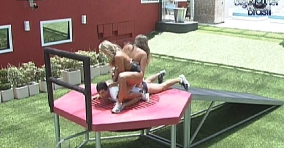 Fabiana e Monique ajudam Fael a espremer água da roupa na prova da comida (26/2/12)