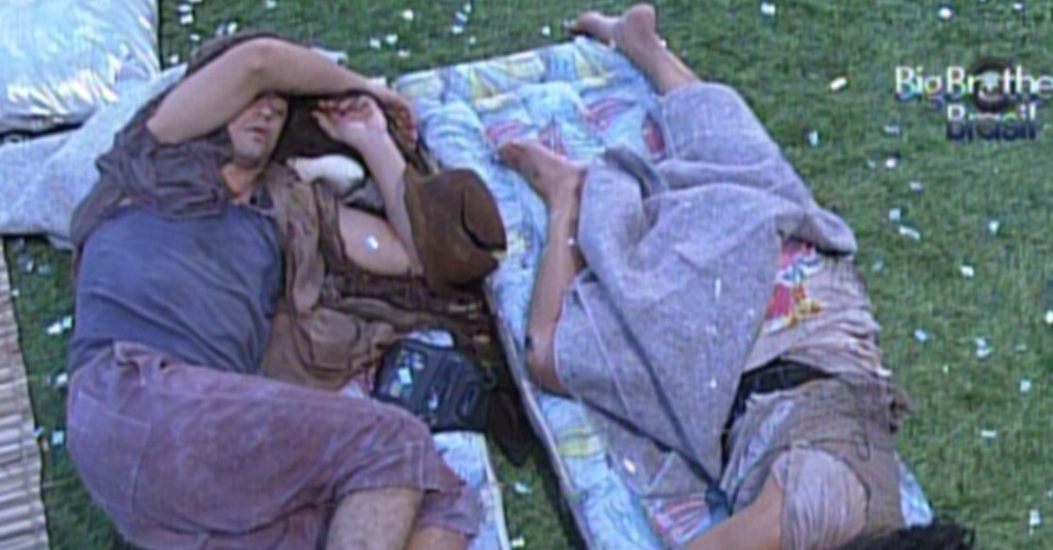 Fael e Kelly dormem na parte externa da casa (26/2/12)