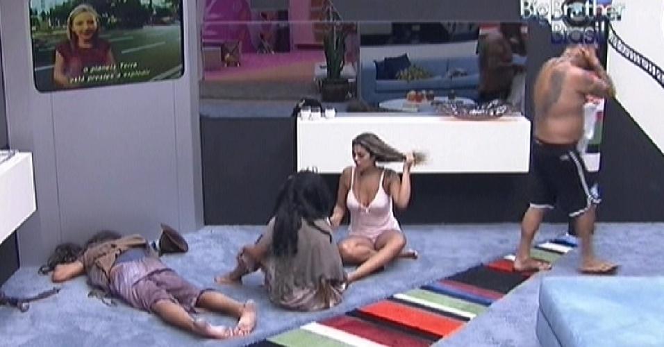 Fael e Kelly dormem no chão da sala por causa de castigo do Monstro. Monique acorda e faz companhia aos brothers (26/2/12)
