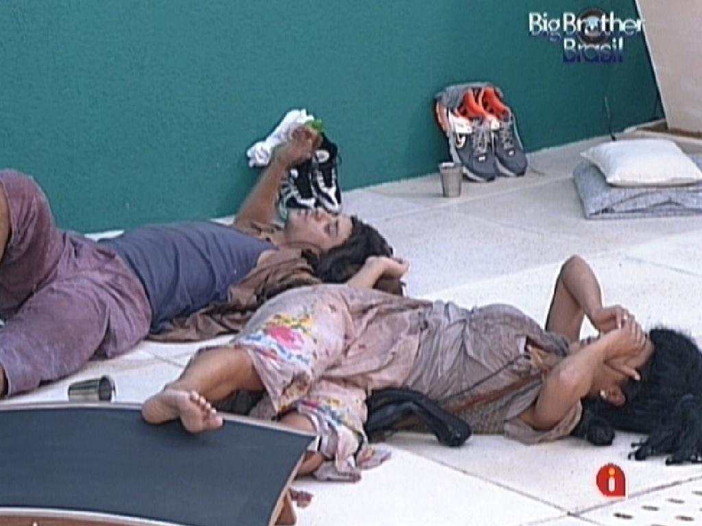 Fael e Kelly dormem no chão da varanda (26/2/12)