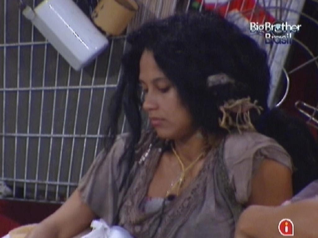 Kelly disse que está cansada da roupa do castigo do monstro (26/2/12)