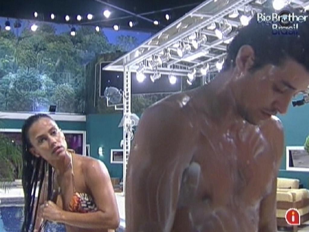 Kelly e Fael tomam banho juntos no chuveiro externo da casa (26/2/12)
