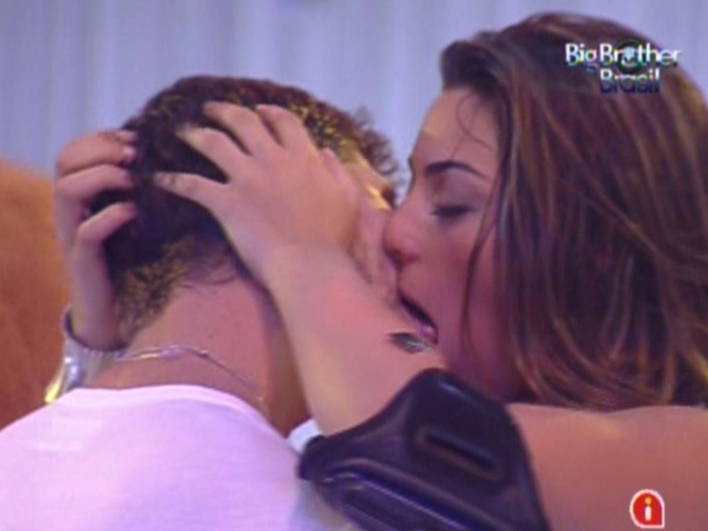 Monique e Jonas se beijam (26/2/12)