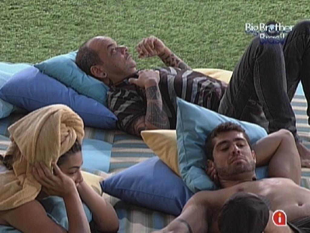 Participantes descansam no futon, na parte externa da casa (26/2/12)