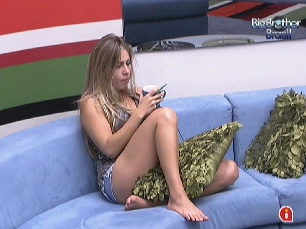 Renata acorda e toma café na sala (26/2/12)