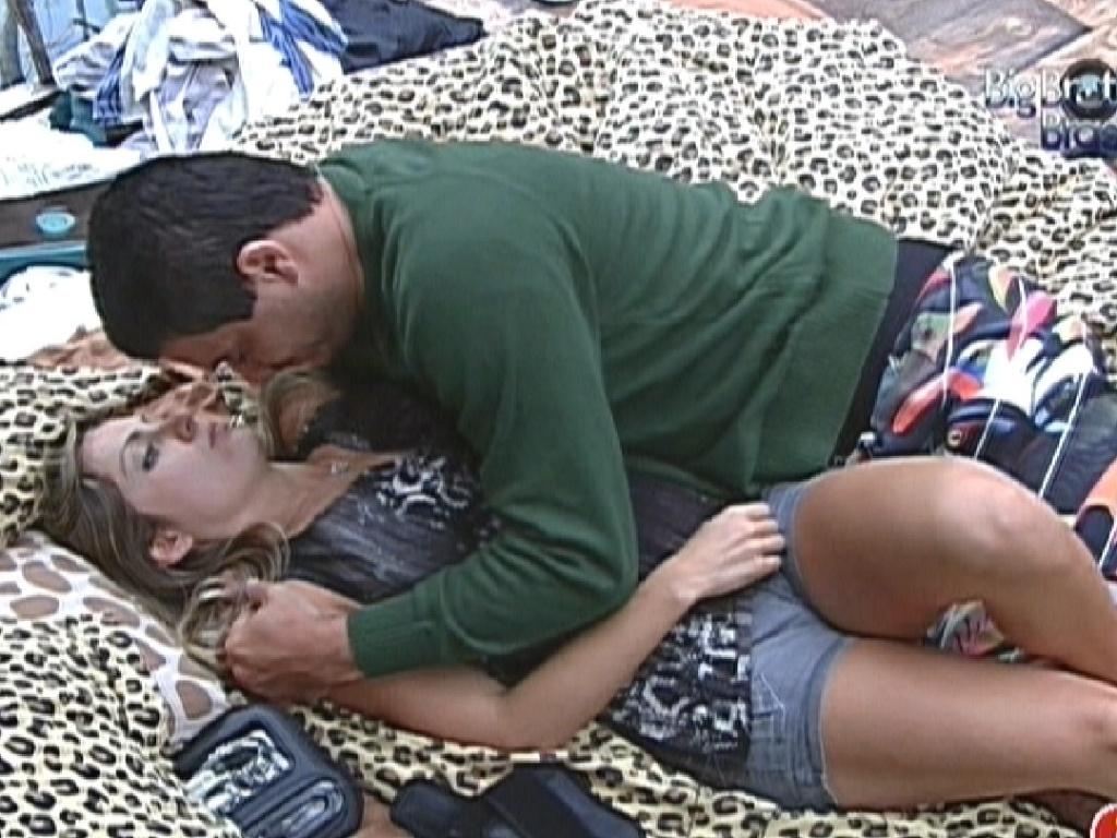 Renata e Rafa trocam carinhos pela manhã (26/2/12)