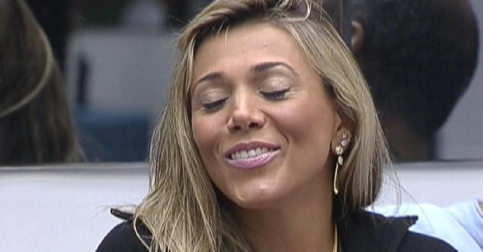 Fabiana agradece Bial, após o apresentador dizer que ela ficou mais bonita na liderança (27/2/12)