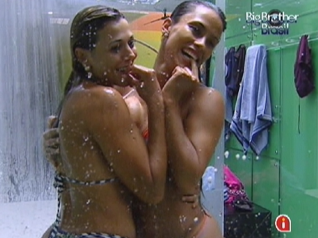 Fabiana (dir.) e Kelly (esq.) tomam banho juntas e fazem pose para o espelho (27/2/12)