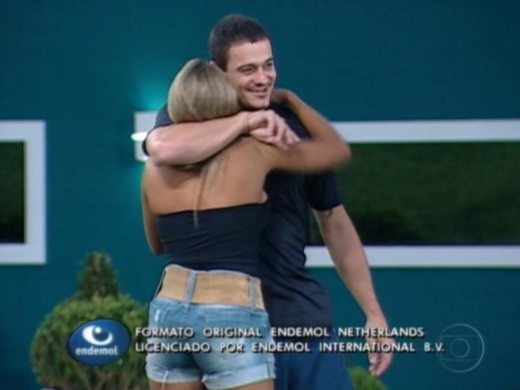 Fabiana e Rafa se abraçam após jogo da discórdia (27/2/12). Na brincadeira, Rafa colocou bola de 'mais falsa' em Fabiana