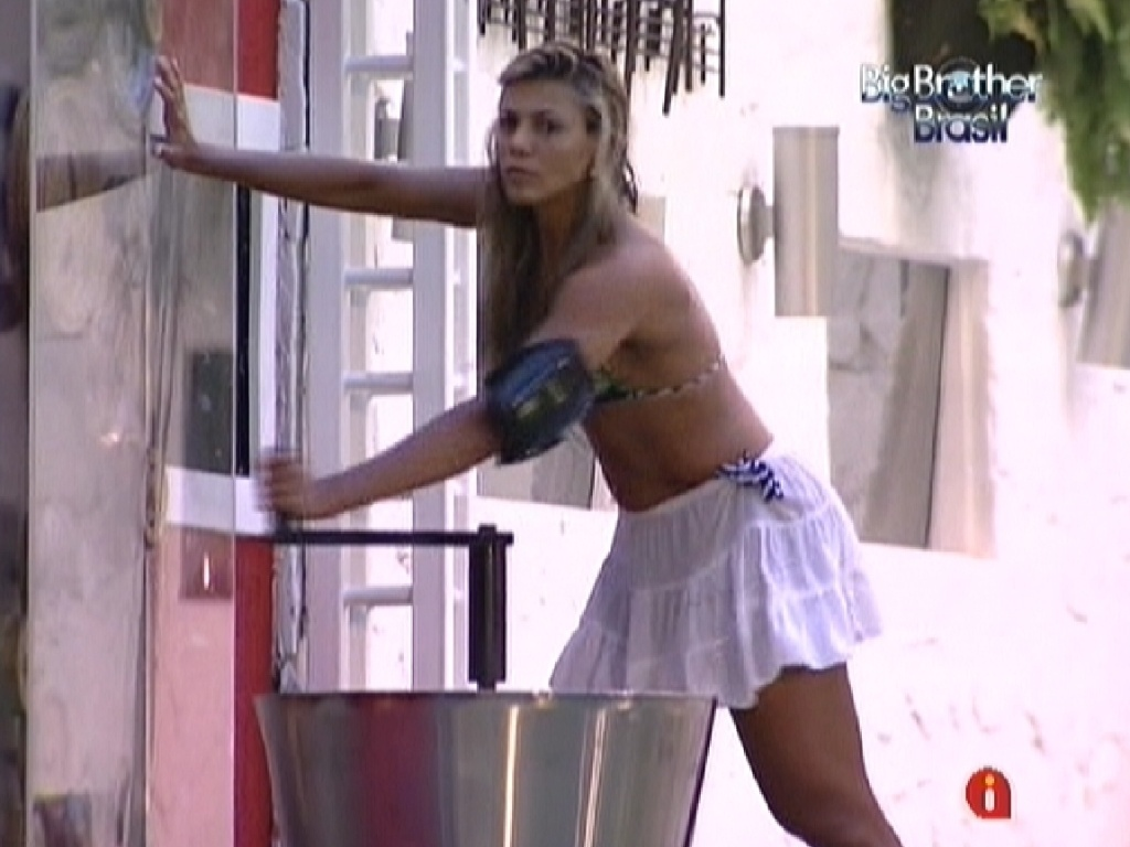 Fabiana gira a manivela para gerar água quente para a casa (27/2/12)
