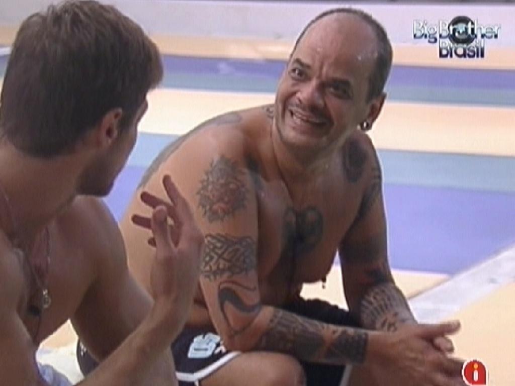 João Carvalho (dir.) conversa com Jonas (esq.) sobre quarto Selva ter votado em Kelly para o paredão (27/2/12)