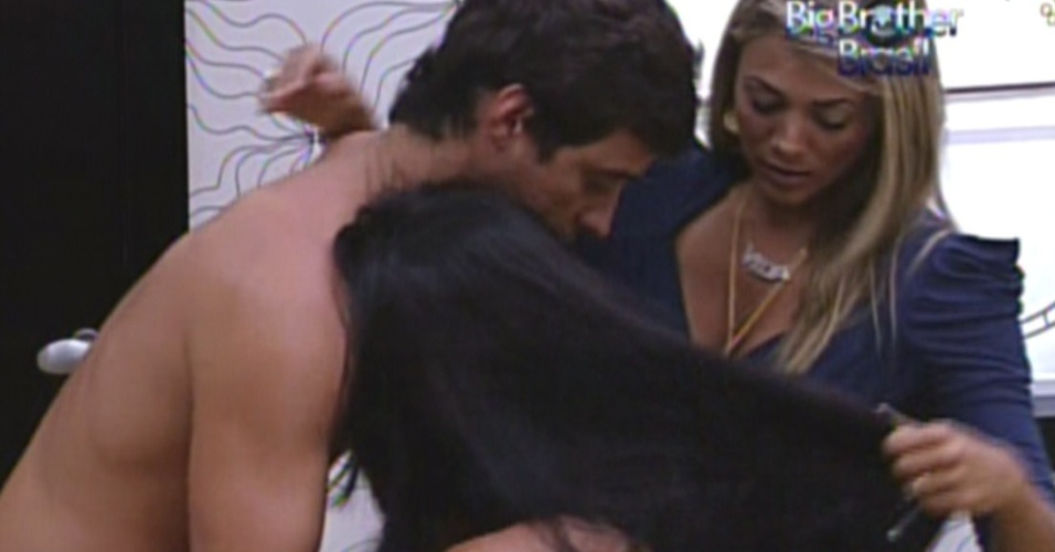 Kelly chora e é consolada por Fael e Fabiana (27/2/12)