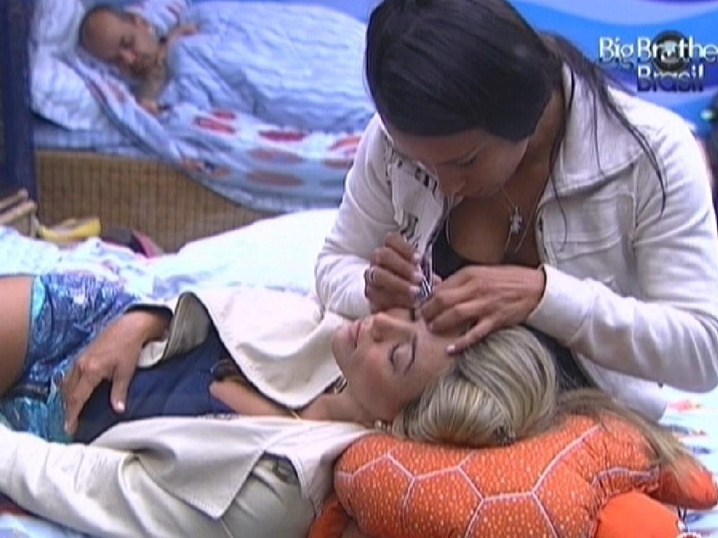 Kelly faz a sobrancelha de Fabiana com cortador de unhas (27/2/12)