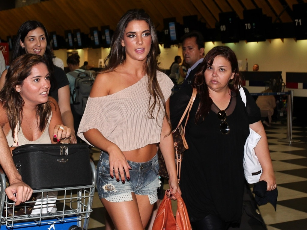 A ex-BBB Laisa caminha no aeroporto de Congonhas, em São Paulo e é cercada por fãs. Na tarde deste domingo (26/2/12), a gaúcha participou do programa