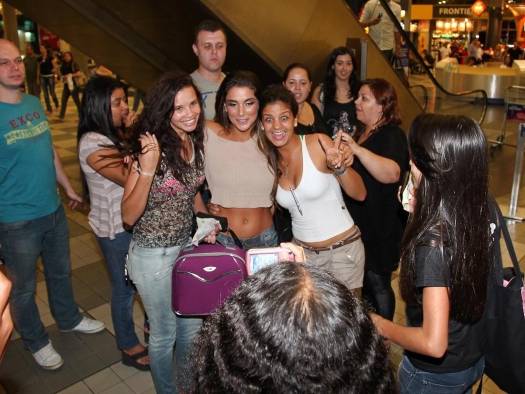 A ex BBB Laisa causa tumulto em aeroporto de Congonhas, em São Paulo (26/2/12). A estudante de medicina posou para fotos e mandou beijos e abraços antes de embarcar para o Rio de Janeiro