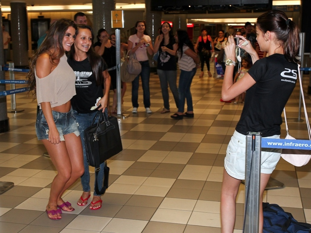 A ex-BBB Laisa posa para as fotos com os fãs no aeroporto de Congonhas, em São Paulo (26/2/12), antes de embarcar para o Rio de Janeiro. Na tarde deste domingo, a estudante de medicina participou do programa