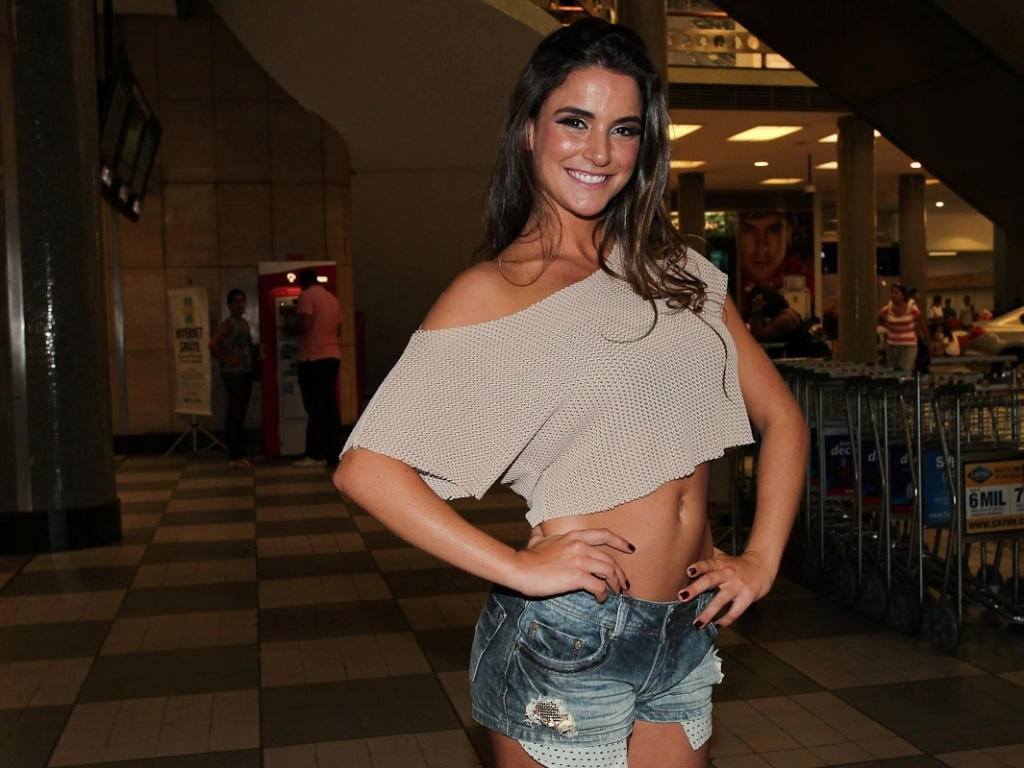 Na tarde deste domingo (26/2/12), a ex BBB Laisa participou do programa