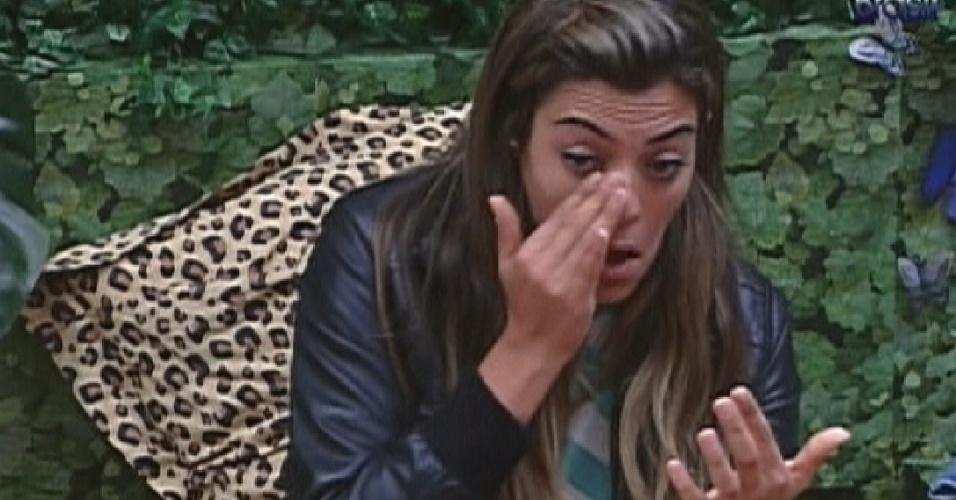 Monique se arruma e passa maquiagem antes de cochilar (27/2/12)