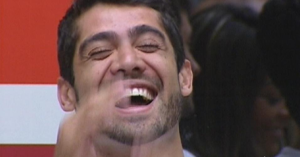 Yuri ri de brincadeiras de Bial com ele (27/2/12)