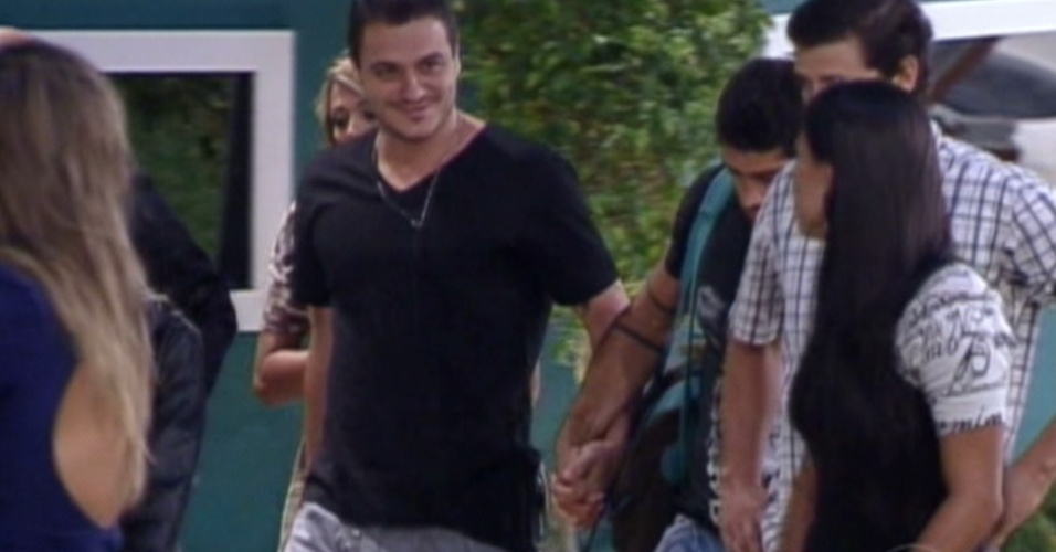 """Brothers acompanham Rafa, que foi eliminado com 92% dos votos, no sétimo paredão do """"BBB12"""" (28/2/12)"""
