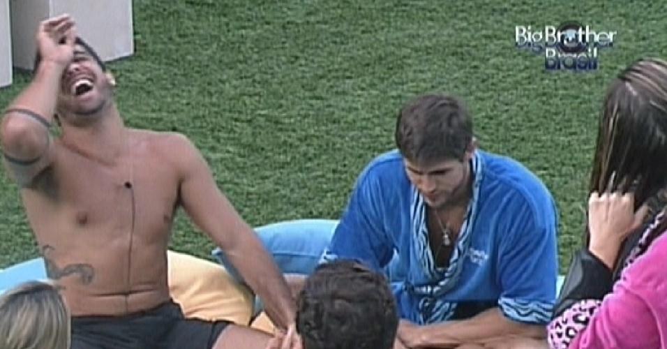 Brothers se reúnem no futon azul para jogar pedrinhas (28/2/12)