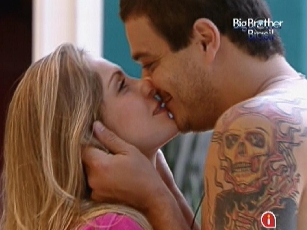 Em clilma de despedida, Rafa e Renata se beijam (28/2/12)