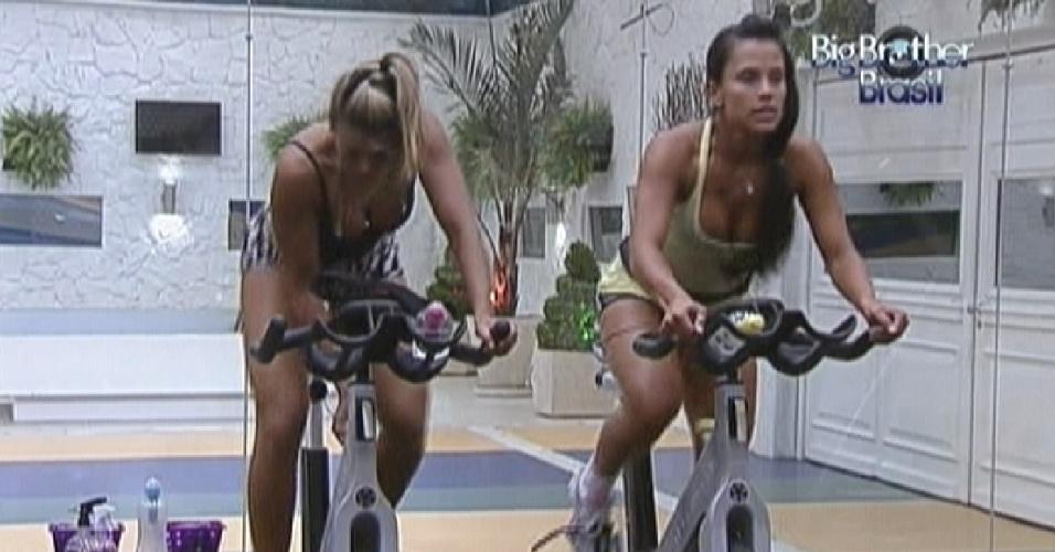 Fabiana (esq.) e Kelly (dir.) se exercitam na bicicleta (28/2/12)