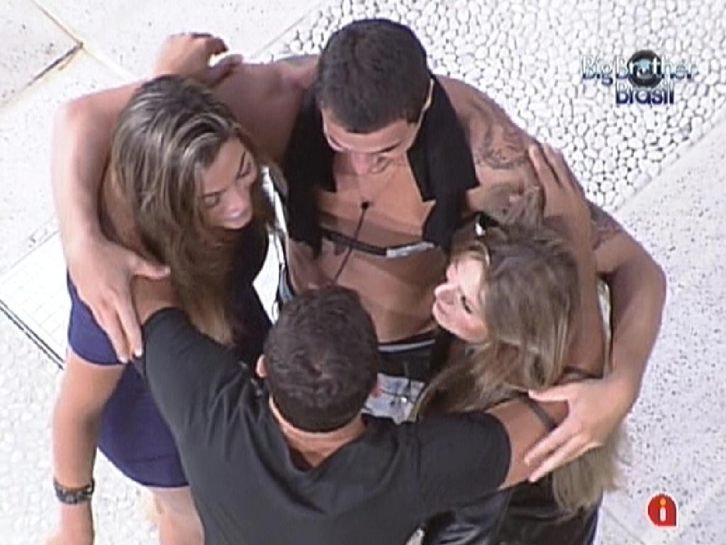 Grupo Selva se abraça momentos antes do paredão entre Rafa e Yuri (28/2/12)