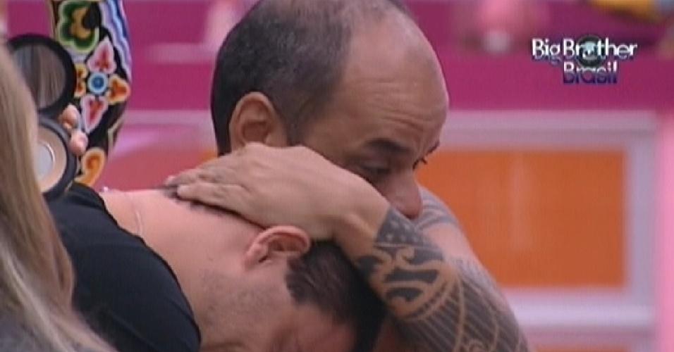 João Carvalho abraça Rafa, diz que gostou de conhecer o brother e pede para ele adicioná-lo no Facebook (28/2/12)