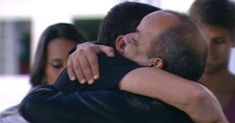 João Carvalho e Rafa se abraçam na saída do carioca do