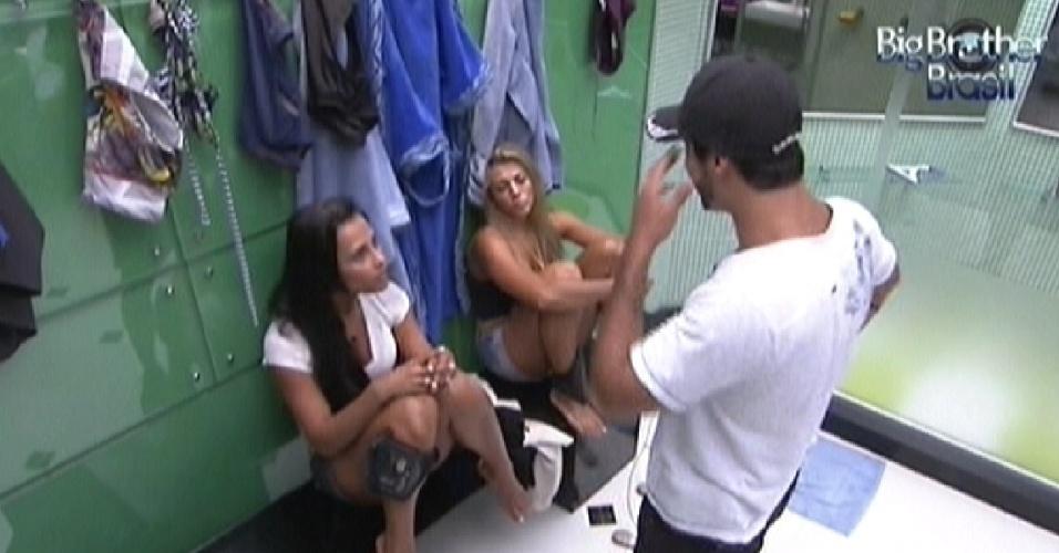 Kelly, Fabiana e Yuri conversam no banheiro (28/2/12)