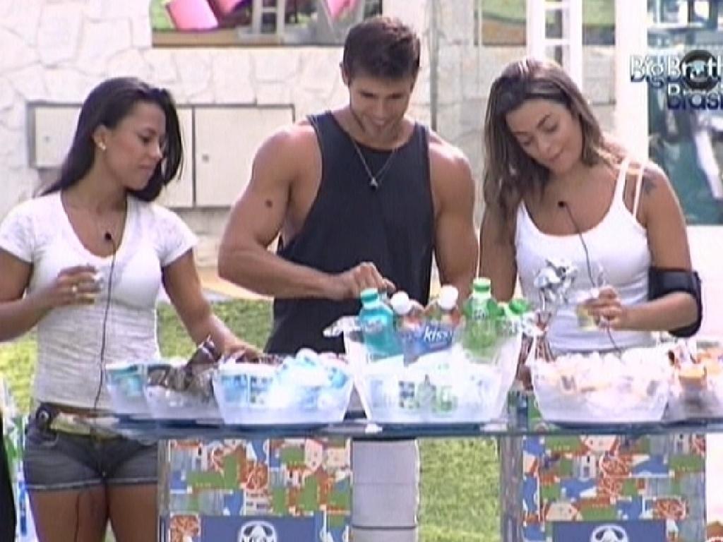 Kelly, Jonas e Monique tomam café da manhã oferecido pela produção (28/2/12)