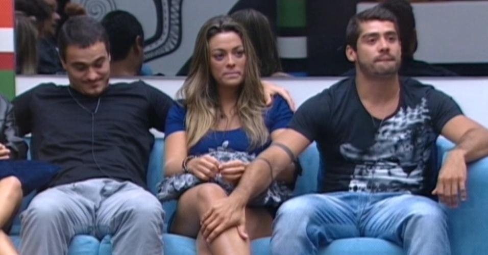 Monique chora pois um de seus amigos será eliminado no programa desta terça-feira (28/2/12)