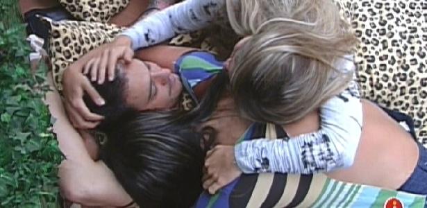 Monique, Renata e Rafa se abraçam e choram, lamentando o paredão entre o carioca e Yuri (28/2/12)