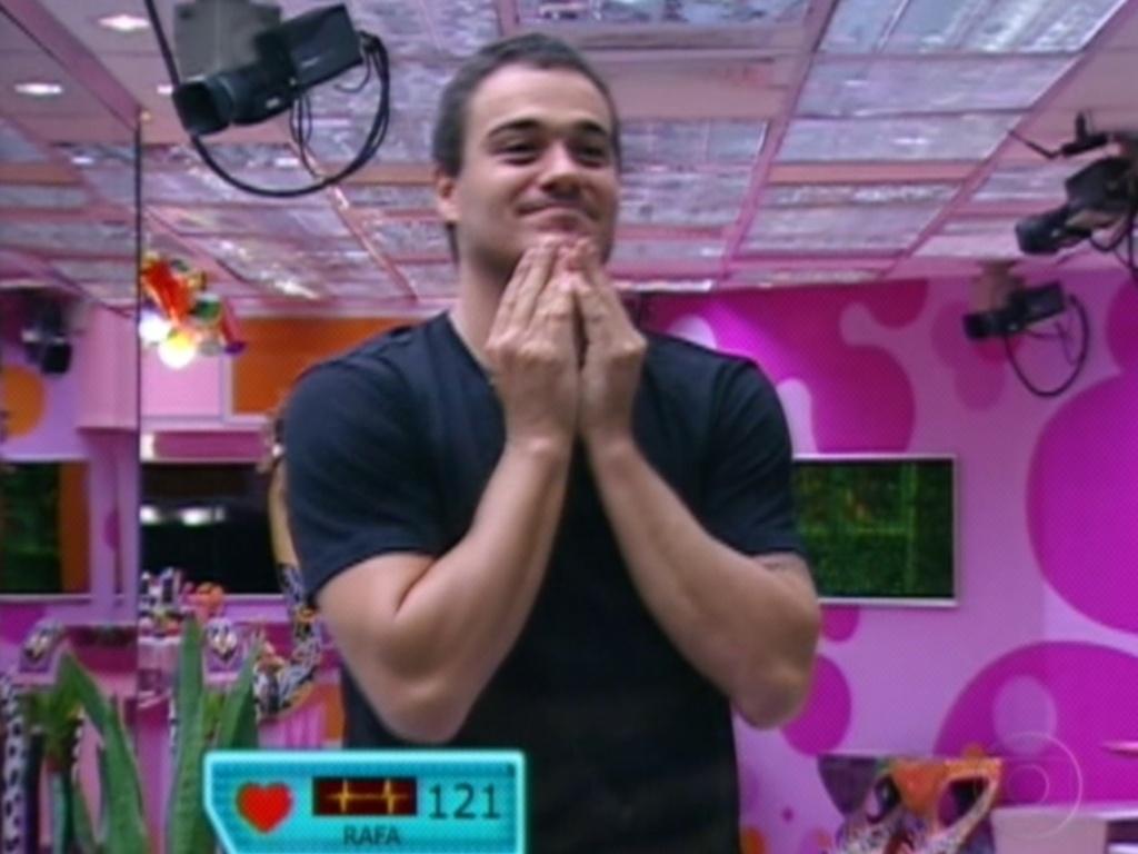 O emparedado Rafa se emociona ao ver o vídeo da família (28/2/12)