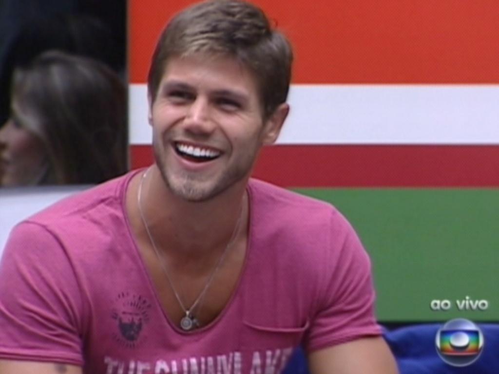 Pedro Bial pergunta a Jonas como ele se defenderia da acusação de guloso e arranca risadas dos brothers (28/2/12)