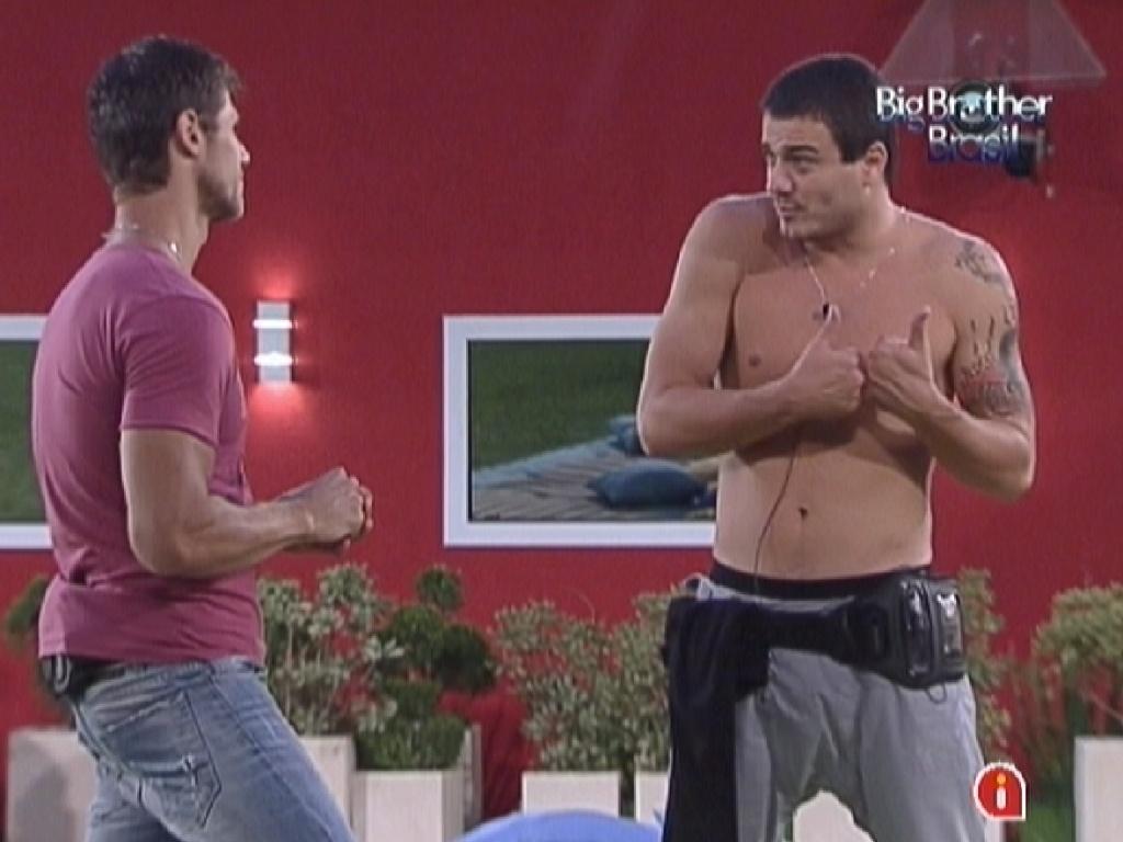 Rafa (dir.) diz para Jonas (esq.) que teme a presença da ex-namorada na plateia do programa (28/2/12)