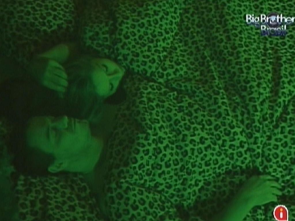 Rafa e Renata dividem cama de casal no quarto Floresta (28/2/12)