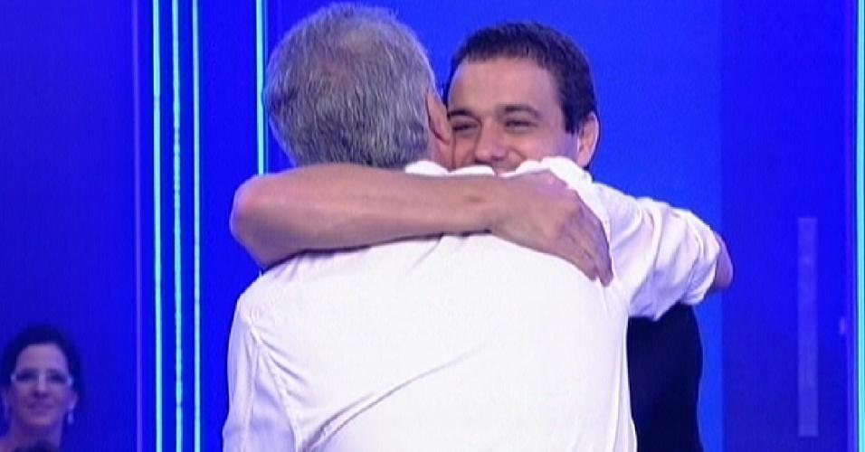 Rafa recebe o abraço de Pedro Bial após ser eliminado com 92% dos votos (28/2/12)