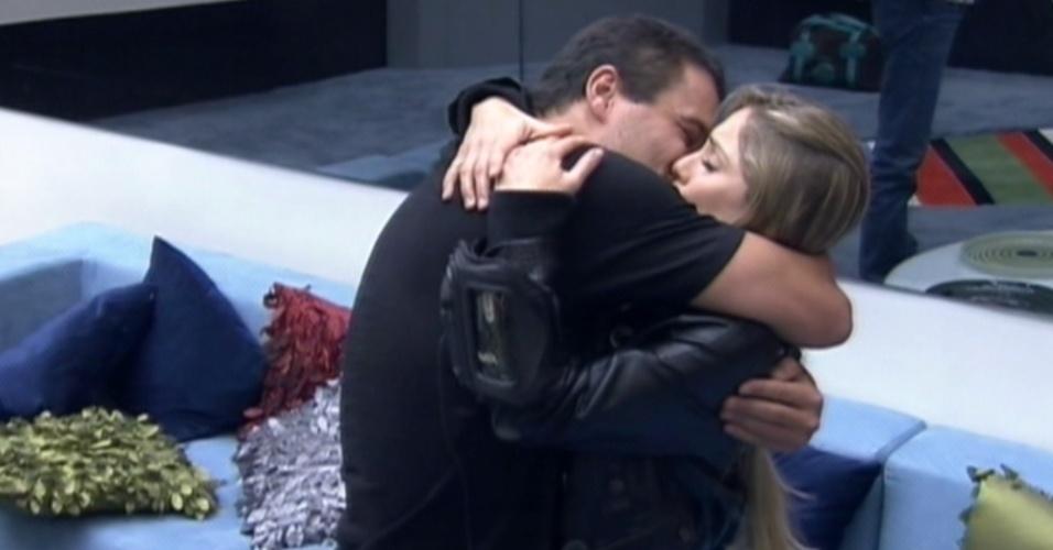 Rafa se despede de Renata antes de deixar o programa (28/2/12)
