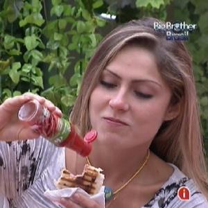 Renata come um sanduíche na cozinha e diz que não se considera uma boa jogadora (28/2/12)