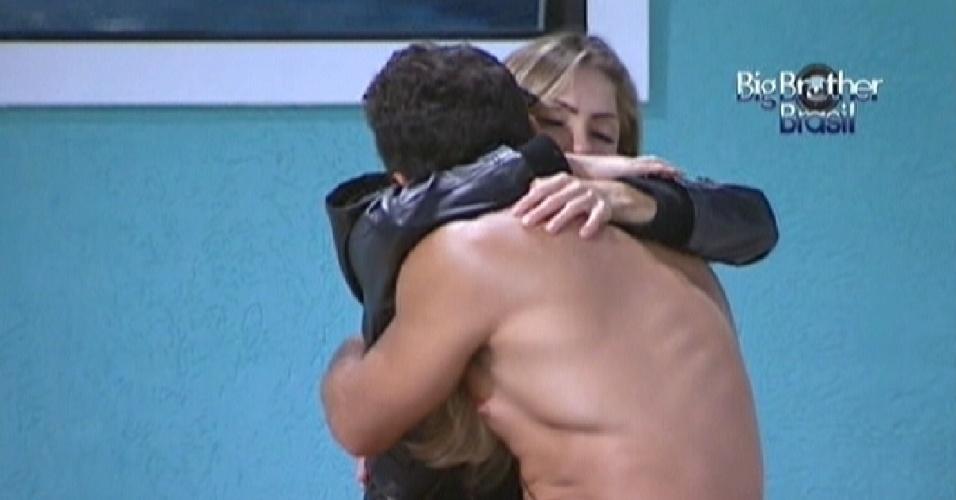 Renata deseja boa sorte para Yuri antes do paredão do lutador contra Rafa (28/2/12)