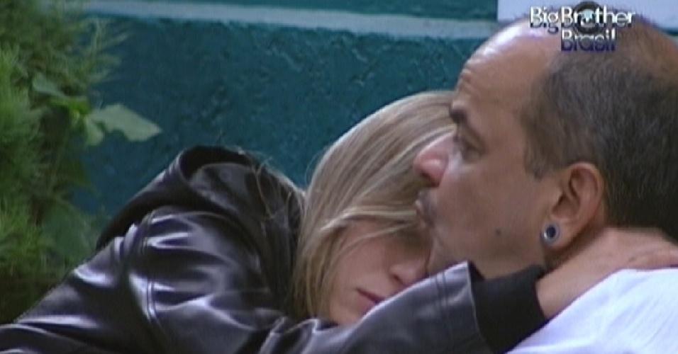 Renata diz estar com medo de Rafa ser eliminado e é consolada por João Carvalho (28/2/12)