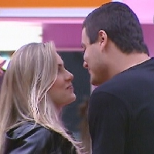 """Renata e Rafa cantam música tema do desenho """"Bela e a Fera"""" um para o outro (28/2/12)"""