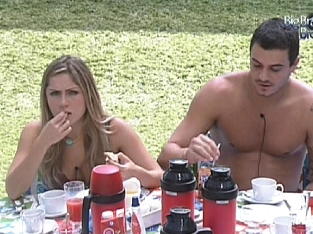 Renata e Rafa tomam café da manhã na área externa da casa (28/2/12)