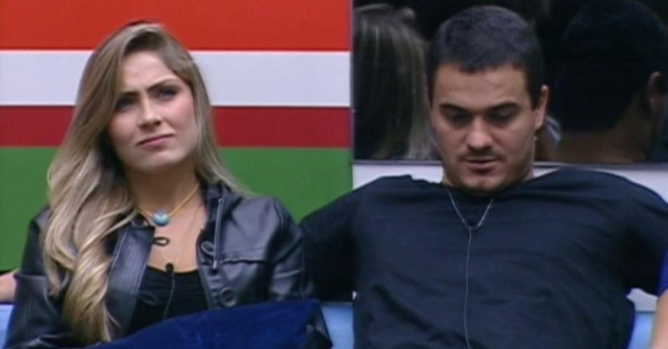 Renata pede para Rafa esperá-la do lado de fora (28/2/12)